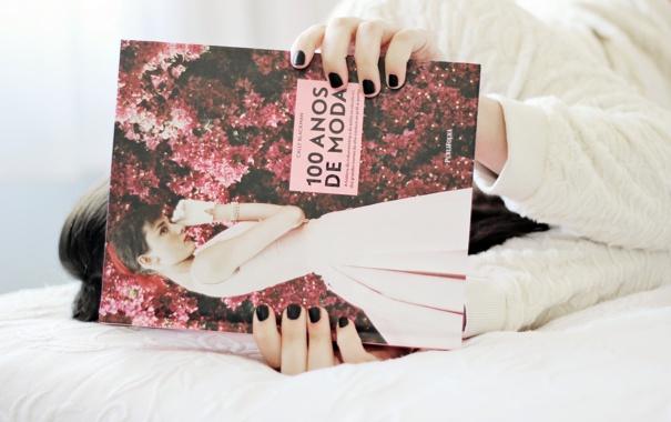 Фото обои девушка, постель, книга