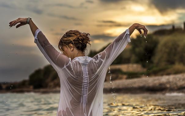 Фото обои капли, закат, мокрая блузка, девушка, вода, спина