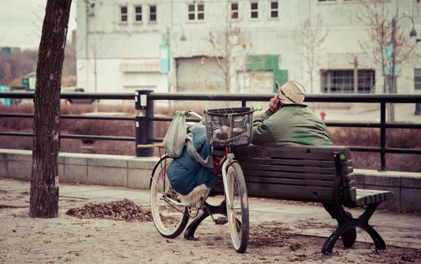 Фото обои велосипед, город, отражение, одежда, скамейки, боке, корзины
