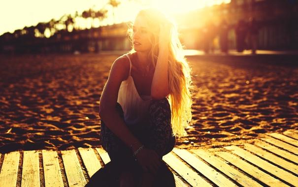 Фото обои песок, пляж, лето, девушка, солнце, поза, волосы