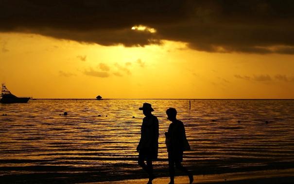 Фото обои море, небо, облака, закат, люди, яхта, силуэт