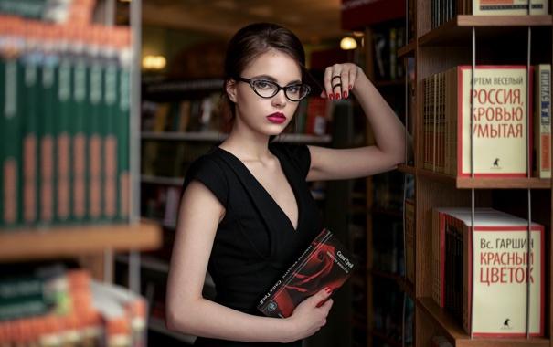 Красивая девушка в библиотеке фото, женские большие груди