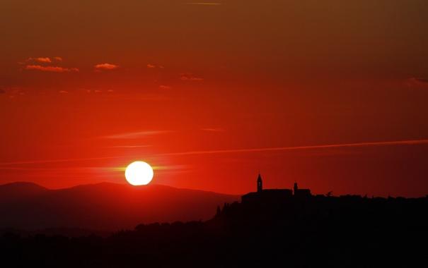 Фото обои небо, солнце, закат, гора, силуэт, церковь, колокольня