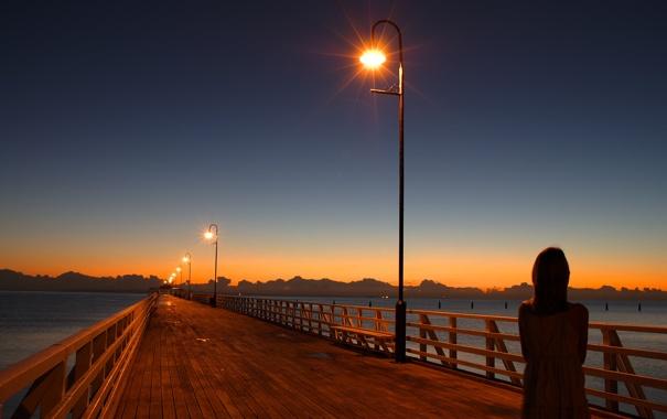 Фото обои вода, свет, закат, мост, вечер, девочка, фонарь