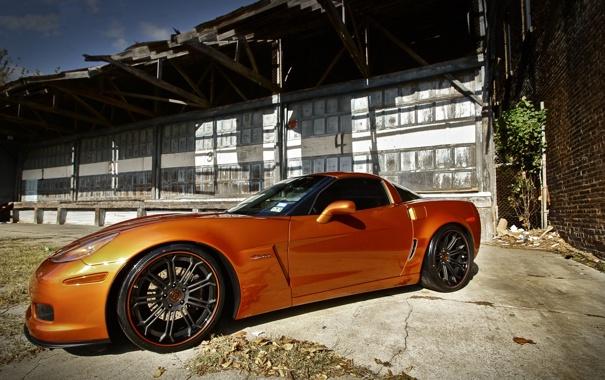 Фото обои оранжевый, здание, corvette, шевроле, вид сбоку, chevrolet, z06