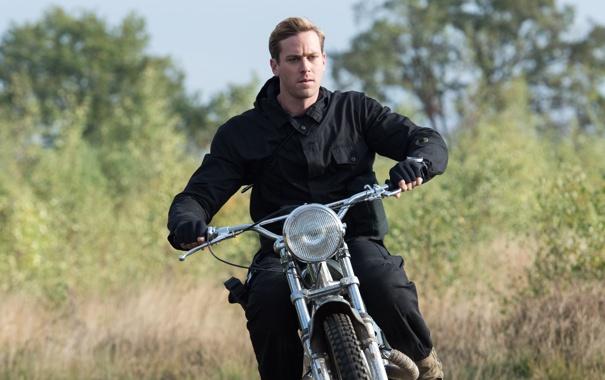 Фото обои мотоцикл, агент, шпион, в черном, Арми Хаммер, Armie Hammer, Агенты А.Н.К.Л.