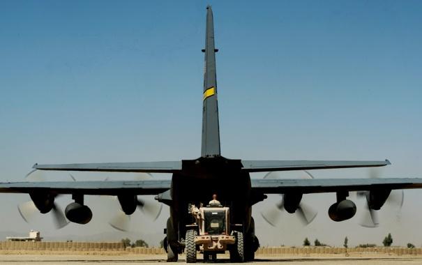Фото обои аэродром, Афганистан, военно-транспортный самолёт, C-130 Геркулес, погрузка техники, оперативная база Фарах, C-130H «Hercules»