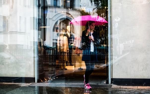 Фото обои девушка, отражение, зонт, витрина, Pink Umbrella