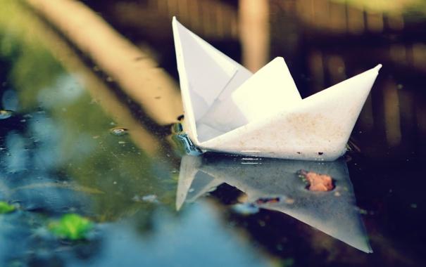 Фото обои вода, бумага, лужа, кораблик, бумажный