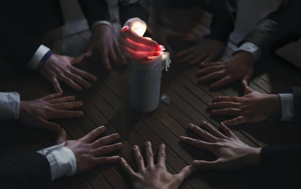 Фото обои стол, свеча, руки, close to revelation