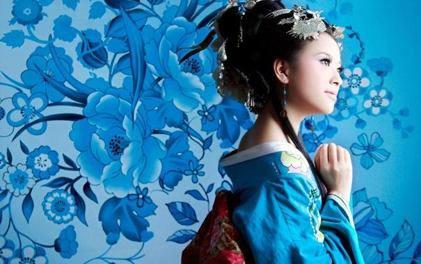 Фото обои цветы, фон, Девушка, брюнетка, голубые, украшение, красотка