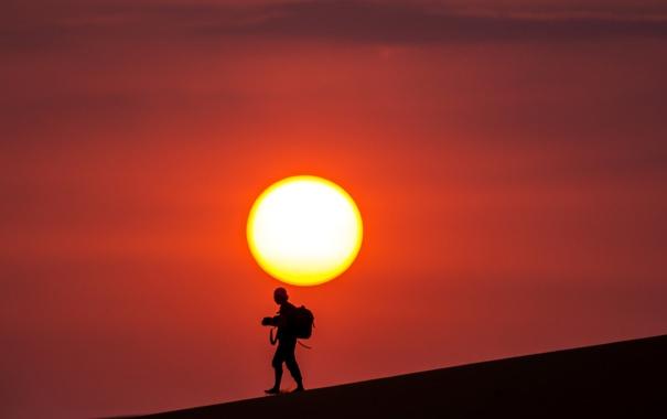 Фото обои небо, солнце, закат, пустыня, человек, силуэт