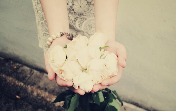 Фото обои розы, руки, браслет, белые
