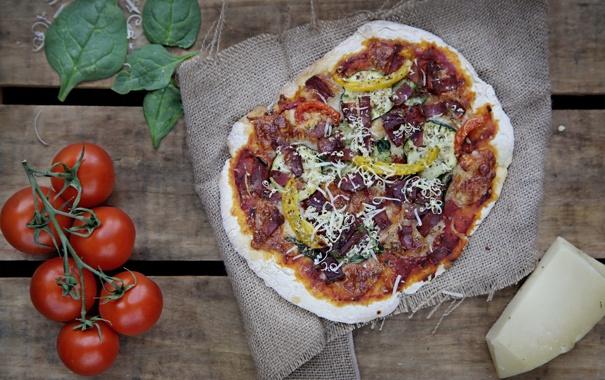 Фото обои зелень, сыр, пицца, помидоры, начинка