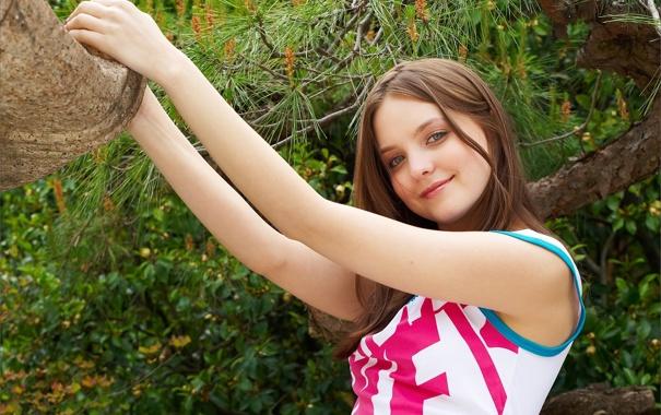 Фото обои взгляд, улыбка, дерево, платье, шатенка, хвоя, эмили