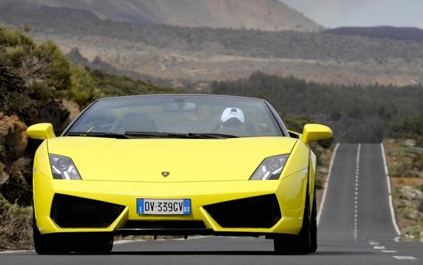 Фото обои дорога, желтый, движение, суперкар, кабриолет, вид спереди, ламборгини