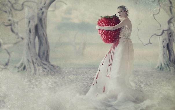 Фото обои девушка, деревья, клубника, ягода, блондинка