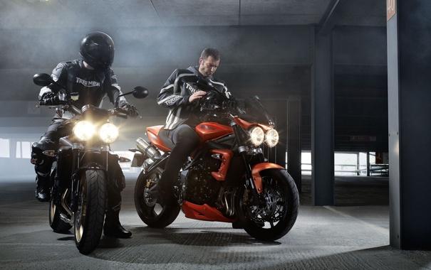 Фото обои свет, мотоциклы, фары, здание, шлем, парковка, мужики