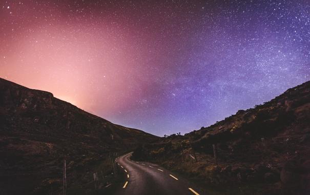 Фото обои дорога, небо, звезды, горы, ночь, забор, сельская местность