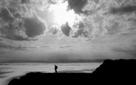 Обои море, небо, солнце, облака, серость, берег, мужчина
