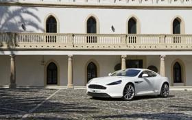 Картинка Белый, Машина, Брусчатка, Астон Мартин, Aston Martin, Здание, День