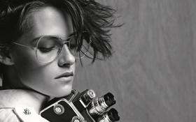 Картинка девушка, чёрно-белое, камера, актриса, очки, причёска, Kristen Stewart
