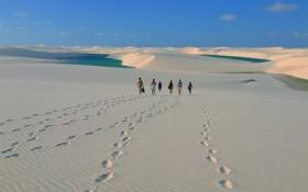 Картинка песок, небо, следы, озеро, люди, пустыня