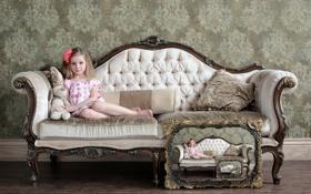 Обои диван, игрушка, ребенок, девочка, рекурсия, картина в картине