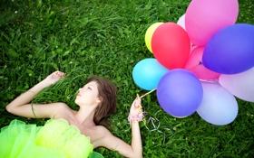 Обои трава, девушка, ленты, воздушные шары, клевер, профиль, шатенка