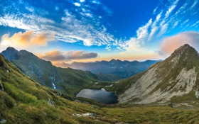 Картинка трава, облака, пейзаж, горы, озеро, склон