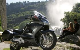 Обои брызги, круизер, Pan-European, Honda, водопад, парень и девушка
