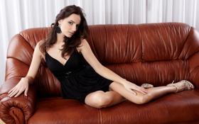 Обои диван, серьги, туфли, пальцы, ножки, красивая, маникюр