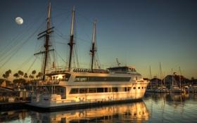 Обои дом, пальма, луна, лодка, корабль, парусник, бухта