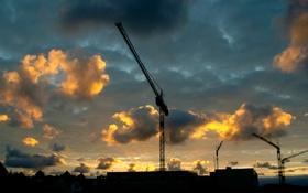 Обои небо, облака, город, дома, постройки, краны, строительные