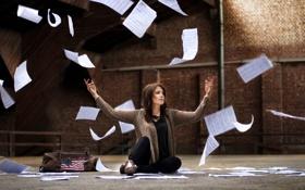Обои девушка, бумага, настроение, улица, листки