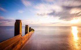 Картинка море, закат, берег, Англия, вечер, выдержка, опоры