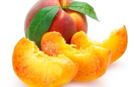 Обои белый фон, фрукты, листочки, персики, дольки, крупным планом