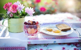 Обои стакан, завтрак, хлеб, яичница, ягоды, тарелка, коктейль