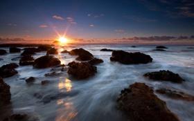 Обои закат, камни, небо, фото, волны, морская пена, море