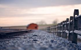Картинка макро, забор, железная дорога