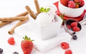 Обои клубника, пломбир, креманка, малина, ягоды, трубочки, черника