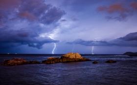 Обои море, шторм, камни, молнии, приближение
