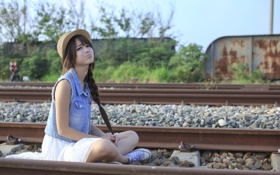 Обои девушка, поза, железная дорога