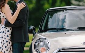 Обои машина, поцелуй, фара, влюбленные, двое