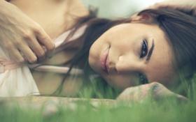 Картинка глаза, улыбка, портрет, Девушка, трава.