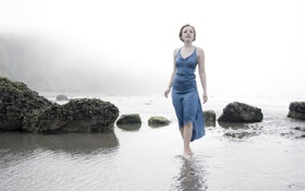 Картинка море, девушка, туман, камни, платье