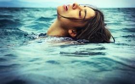 Картинка море, волны, девушка, голова, плавает