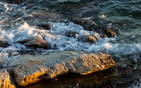 Обои пена, вода, брызги, камни, берег, волна, прибой