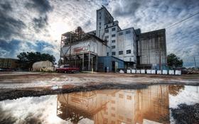 Обои Heavy Industry in Petaluma, облака, здание, лужа