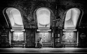 Обои свет, метро, женщина, Англия, Лондон, окна, чемодан
